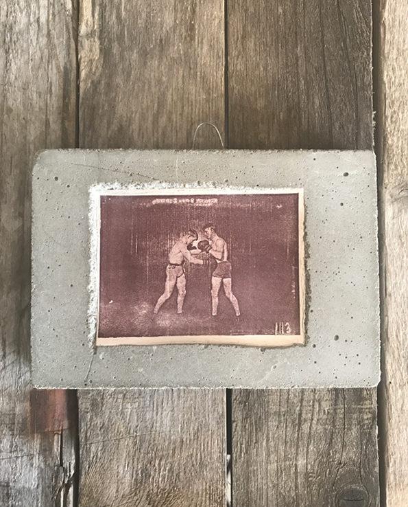 Obrazek zatopiony w betonie – boks – Martini Boratini